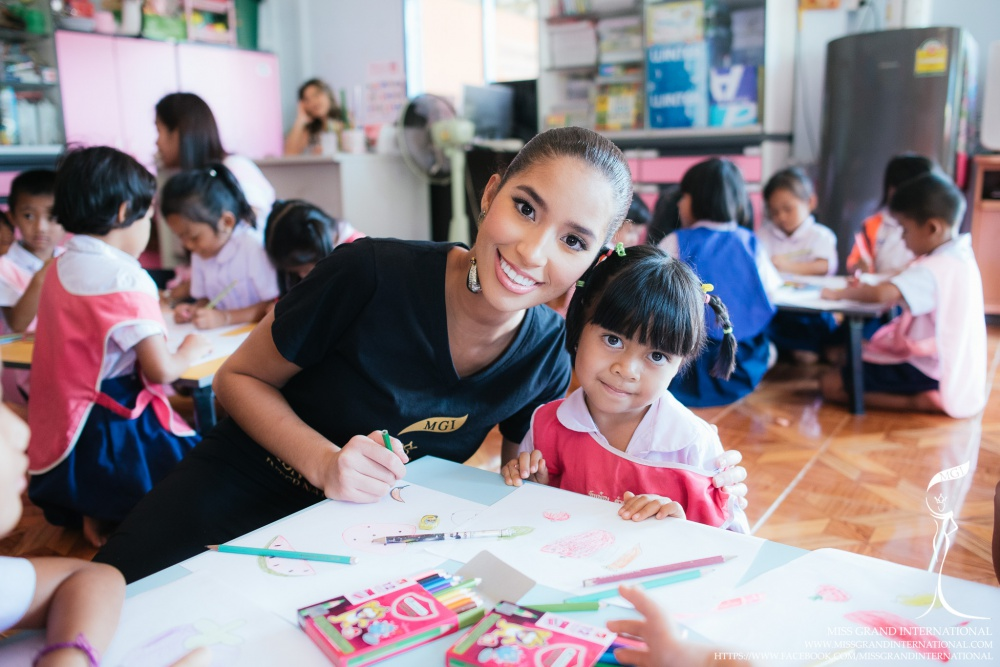 Anea Garcia Visited the Children of Refugees at Huay Naam Nak Village
